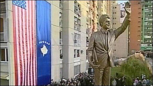 BBC NEWS | Europe | Kosovo unveils Clinton's statue