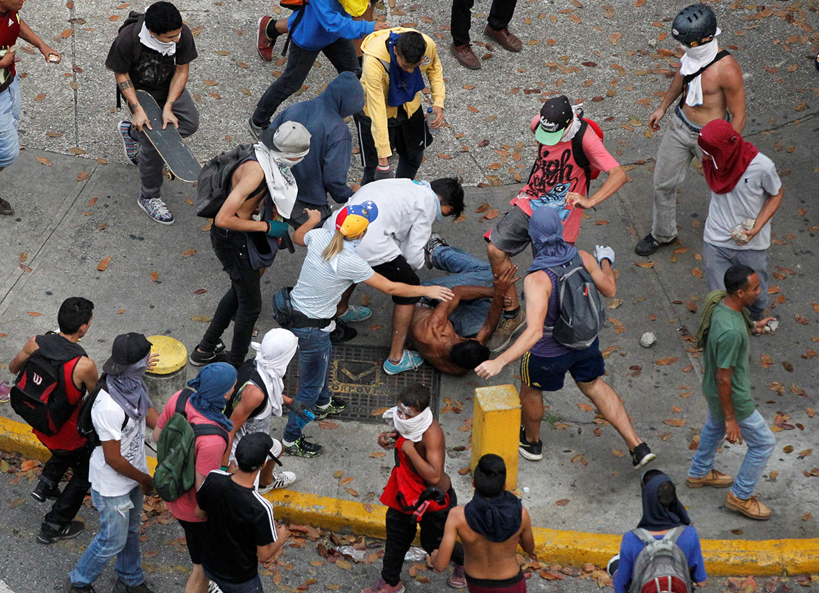 Venezuela: Violent scenes as anti-Maduro protesters clash ...