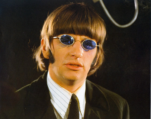 Há 46 anos os Beatles lançavam o compacto Paperback Writer ...