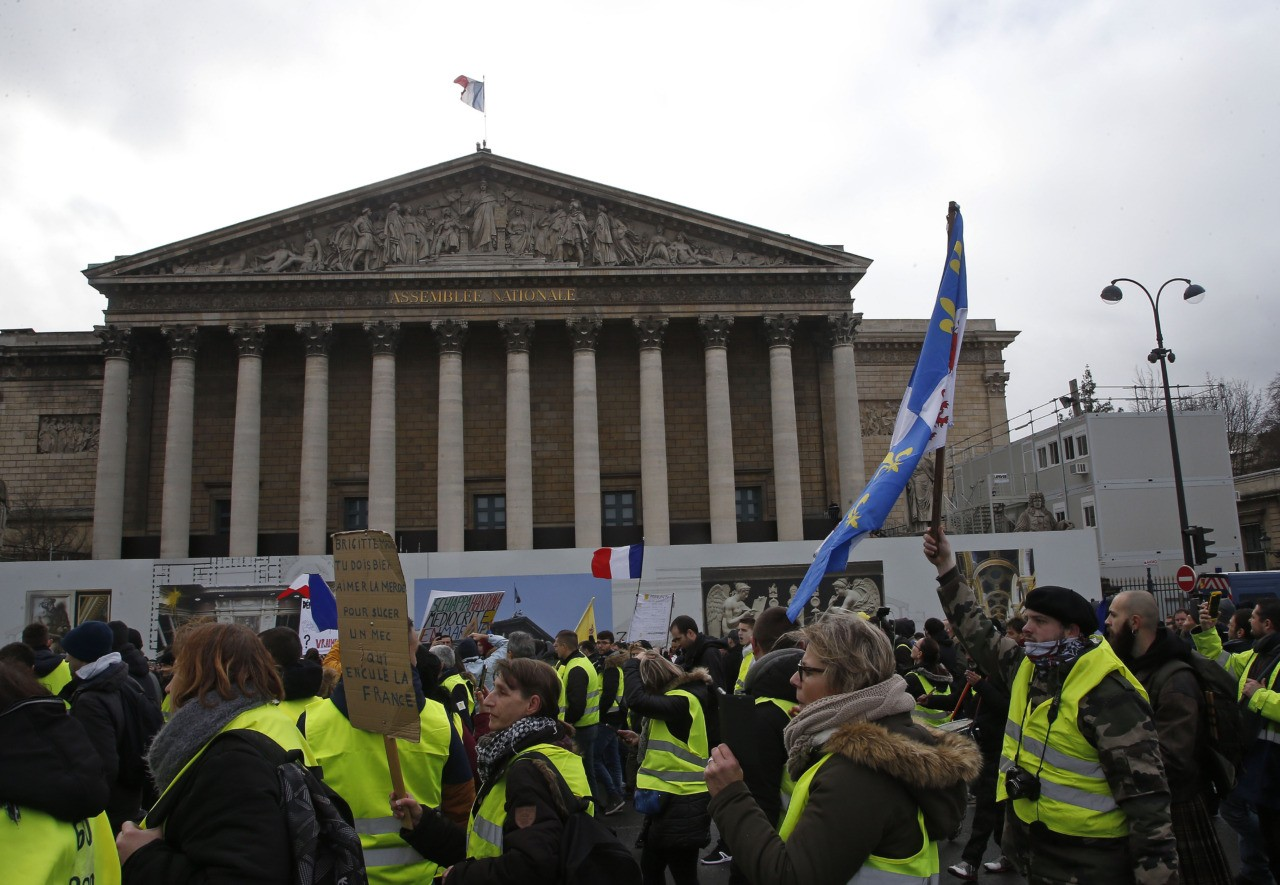PICTURES: Tear Gas, Fires, Riot Police at Paris Yellow ...